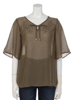 胸刺繍フレア袖ブラウス